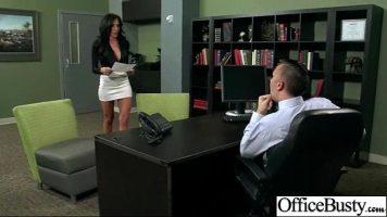 يستدعي المدير موظفته في المكتب ولا يعاقبها لأنه أخطأ