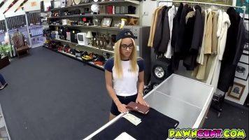 في متجر الملابس ، هذه الشقراء الشابة التي ترتدي نظارات و