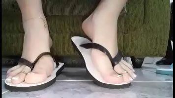امرأة تعرض ساقيها للكاميرا بأحذية مختلفة لأنها موجودة