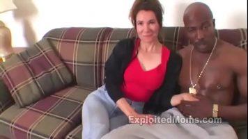 يرتدي هذا الرجل الأسود سلسلة ذهبية حول رقبته عندما يمارس الجنس مع عاهرة ناضجة في كثير من الأحيان