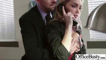 السكرتيرة التي أجبرت رئيسها على إغلاق الهاتف لأنه يريد ذلك