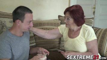هذه المرأة الناضجة فوق سن الثالثة وتريد ممارسة الجنس مع صبي