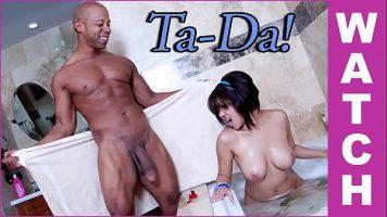 امرأة سمراء ذات ثديين كبيرين جدًا مستلقية على ظهرها ومارس الجنس في الفم والجمل
