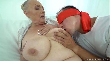 امرأة عجوز سمين جدا مع ثدييها إلى أسفل