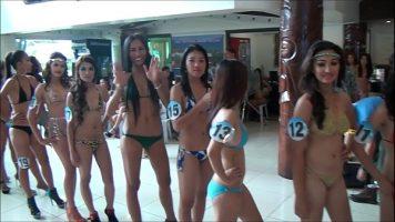 الفتيات الجميلات اللواتي يشاركن في مسابقة جمال حيث يتعين عليهن ارتداء الملابس الداخلية