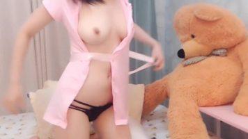 لطيف جدا في سن المراهقة الآسيوية خلع ملابسه على كاميرا ويب