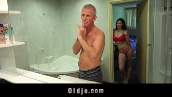امرأة سمراء المغنية الذي يحصل مارس الجنس في الحمام مقابل المال
