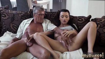 رجل يبلغ من العمر مع ديك سميكة يستمني مراهق شاب