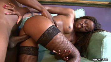 امرأة سوداء ناضجة مع الحمار الكبير لديها لعبة الجنس