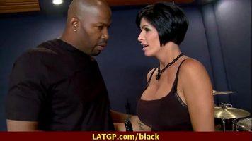 امرأة سمراء الكلبة مع الصدور الكبيرة التي تظهر رجل أسود أنه يعرف كيف اللسان