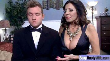 ناضجة عاهرة كبيرة الثديين يمارسون الجنس مع صبي صغير جدا