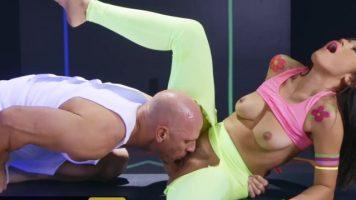 امرأة ناضجة مع انتفاخ الحمار مارس الجنس من قبل رجل أصلع مع الديك سميكة