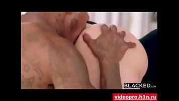 عاهرة شقراء فاخرة يحب ممارسة الجنس مع الرجال مع اللون