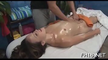 فتاة صغيرة ذات ثديين صغيرين تحب أن يتم تدليكها على ثدييها بالزيت
