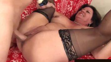الكلبة الدهون الذي يمارس الجنس مع رجل أصلع قرنية حتى تصل إلى النشوة الجنسية