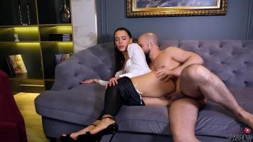 امرأة سمراء الحسية ممارسة الجنس الشرجي والجنس العادي غير المحمي مع رجل أصلع