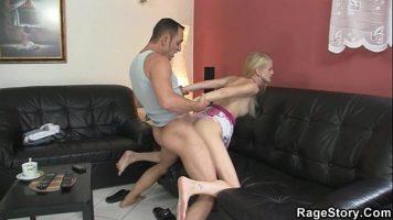 مباراة جنسية عدوانية مع فتاة شقراء شابة تمارس الجنس مع صديق