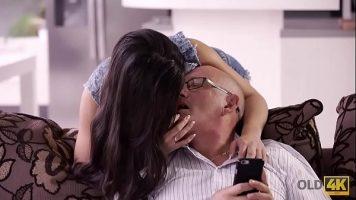 امرأة سمراء مراهقة تقبيل بحماس رجل مسن بعد ذلك
