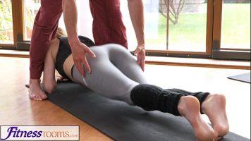 رجل يقوم بتدليك وتعليم النساء كيفية ممارسة تمارين اللياقة البدنية