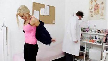 امرأة شقراء تذهب لفحص الجسم في طبيب نسائي