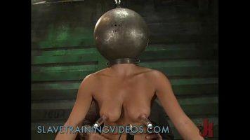 عاهرة شابة ذات ثديين كبيرين يحب أن يضربا ويضربا على الثدي
