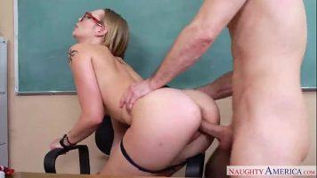 سوبر شقراء مع الحمار الكبير الذي مارس الجنس في الفصول الدراسية من قبل أستاذ