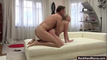 الرجل العجوز الذي يمارس الجنس مع فتاة مراهقة شقراء يحب المال