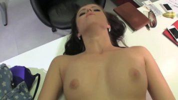 مغامرة جنسية بلطف يحب أن يمارس الجنس بشدة