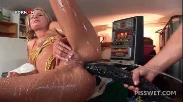 امرأة تحب كسر شرجها بألعاب جنسية عملاقة