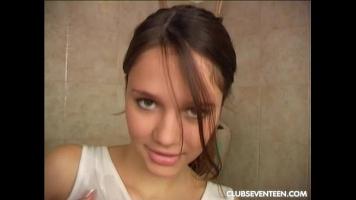 الشابة التي خرجت للتو من الحمام تمتص كثيرا بشغف