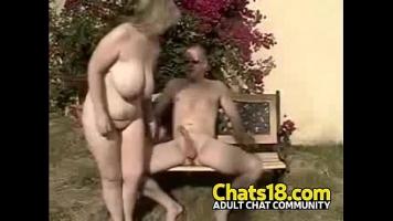 حفلة جنسية في الميدان مع شقراء شقراء تحب أن تفعل ذلك في الطبيعة