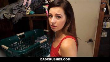 ممارسة الجنس القوي مع الزوجة في خزانة حيث تغسل الملابس