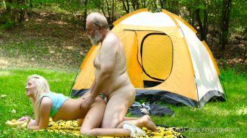 حفلة جنسية في الطبيعة مع فتاة شقراء صغيرة جدًا تريد ذلك