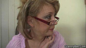 العاهرة العجوز التي ترتدي نظارات وهي معلم عدواني للغاية