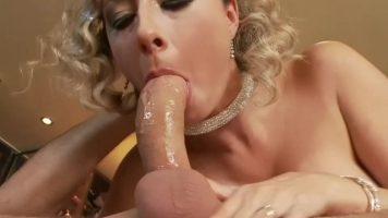 عاهرة شقراء مع الجنس عن طريق الفم