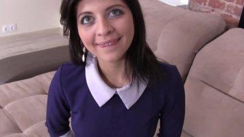 امرأة سمراء الكلبة بعيون زرقاء يحب أن ينكسر مع الديك