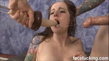 الشابة ذات وشم الجسم الذي يحب أن يمارس الجنس بعنف في الفم