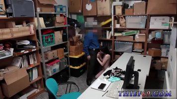 رجل أمن يقبض على فتاة سرقت شيئًا من المتجر وارتدته