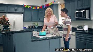 حفلة جنسية مع أم ناضجة جدًا ذات ثديين كبيرين ومنتفخة الحمار