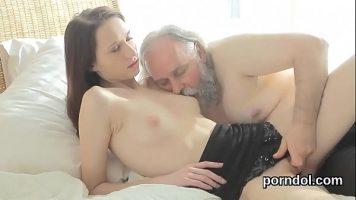 رجل مسن ولحية طويلة يلعق والد المراهق