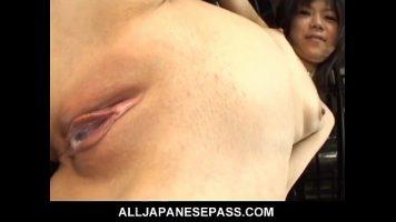 المرأة الآسيوية النحيلة التي مزقها رجل بين ساقيها