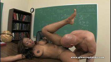 ممارسة الجنس مع طالب أسود يسيطر عليه رجل أصلع