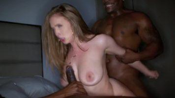 شقراء عاهرة الإجرامية مع ديكس ضخمة مارس الجنس مع اثنين من السود