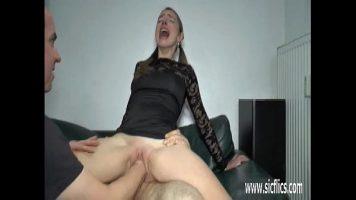 امرأة شقراء مع كس واسع جدا يحب أن يمارس الجنس مع مجموعة