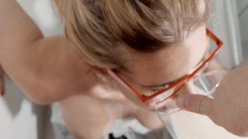 امرأة شقراء جيدة ديك ترتدي النظارات عندما مارس الجنس