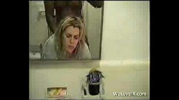 حفلة جنسية في مرحاض عام مع عاهرة شقراء ورجل أسود