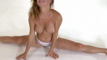 لاعبة الجمباز الشابة التي تحب خلع ملابسها لتظهر عارية