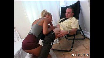 امرأة شقراء بقطع كبيرة تجلس على ركبتيها بين ساقيك