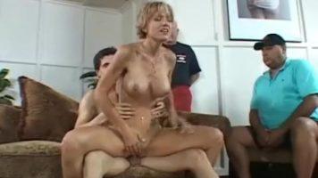 مجموعة الجنس مع عاهرة ناضجة رائعة ذات شعر قصير تمتصها جيدًا
