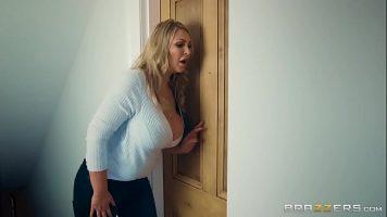 امرأة سمينة شقراء ناضجة مع صديقة لها تمارس الجنس مع نفس الشيء